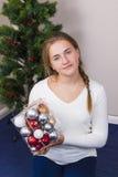 Adolescente que adorna el árbol del Año Nuevo Fotografía de archivo libre de regalías
