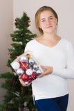 Adolescente que adorna el árbol del Año Nuevo Imagen de archivo