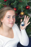 Adolescente que adorna el árbol del Año Nuevo Imagen de archivo libre de regalías