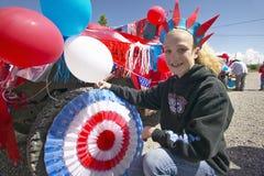 Adolescente que adorna un coche en rojo, blanco y azul en Lima Montana Imágenes de archivo libres de regalías