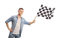 Adolescente que agita una bandera a cuadros de la raza fotos de archivo