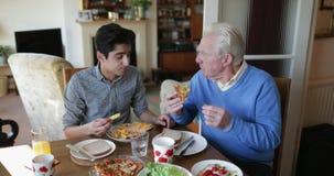 Adolescente que almuerza con su abuelo almacen de video