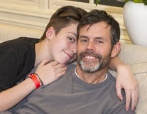 Adolescente que ama a su papá Foto de archivo libre de regalías