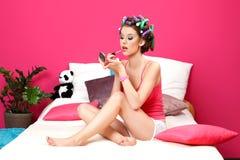 Adolescente que aplica el lápiz labial rosado Fotografía de archivo libre de regalías