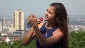 Adolescente que aplica maquillaje Foto de archivo