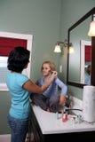 Adolescente que aplica maquillaje a la muchacha Fotografía de archivo libre de regalías