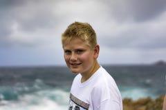 Adolescente que aprecia um dia no beira-mar Fotos de Stock Royalty Free