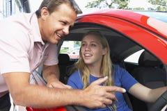 Adolescente que aprende como conduzir Fotografia de Stock