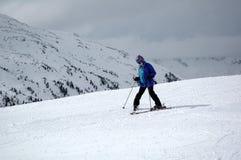 Adolescente que aprende esquiar Fotos de archivo libres de regalías