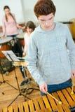 Adolescente que aprende plat el xilófono Fotografía de archivo libre de regalías