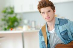 Adolescente que aprende tocar la guitarra Fotos de archivo libres de regalías