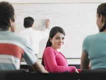 Adolescente que asiste a conferencia en sala de clase Fotos de archivo