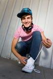 Adolescente que ata los zapatos Fotos de archivo libres de regalías