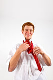 Adolescente que ata su lazo rojo Foto de archivo