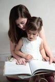 Adolescente que ayuda a su hermana Imagen de archivo