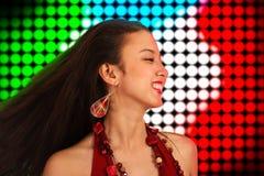 Adolescente que baila la noche lejos en un disco Imagen de archivo libre de regalías