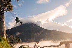 Adolescente que balancea en un oscilación único Fotografía de archivo