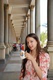 Adolescente que bebe el agua mineral Fotos de archivo libres de regalías