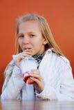 Adolescente que bebe un smoothie Fotos de archivo libres de regalías