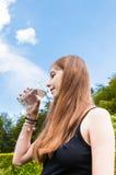 Adolescente que bebe un vidrio de agua Foto de archivo