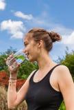 Adolescente que bebe un vidrio de agua Foto de archivo libre de regalías