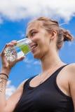 Adolescente que bebe un vidrio de agua Imagenes de archivo