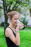 Adolescente que bebe un vidrio de agua Imágenes de archivo libres de regalías