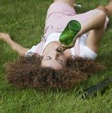 Adolescente que bebe una botella de vino Fotos de archivo