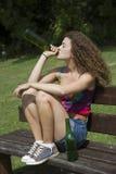 Adolescente que bebe una botella de vino Fotos de archivo libres de regalías