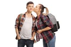 Adolescente que beija um adolescente imagens de stock