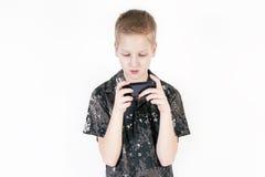 Adolescente que busca algo en un smartphone aislado Fotografía de archivo libre de regalías