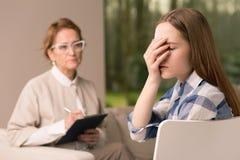 Adolescente que busca la comprensión en el psicoterapeuta Imagen de archivo libre de regalías