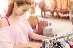 Adolescente que busca la ropa Imagen de archivo