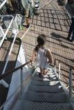 Adolescente que camina abajo de escalera Imagenes de archivo