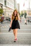 Adolescente que camina abajo de la calle Imagen de archivo libre de regalías