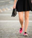 Adolescente que camina abajo de la calle Fotos de archivo libres de regalías