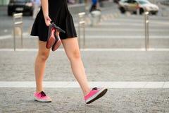 Adolescente que camina abajo de la calle Imagenes de archivo