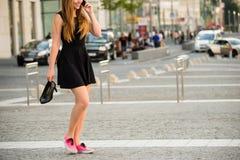 Adolescente que camina abajo de la calle Fotos de archivo