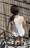 Adolescente que camina abajo en escalera Fotos de archivo libres de regalías