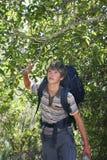 Adolescente que camina en bosque Imagen de archivo libre de regalías