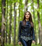 Adolescente que camina en el Forest Park Foto de archivo