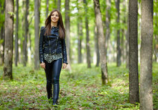 Adolescente que camina en el Forest Park Imagen de archivo libre de regalías