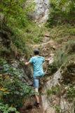 Adolescente que camina en el rastro escarpado Imagenes de archivo