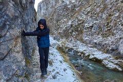 Adolescente que camina en invierno Fotos de archivo libres de regalías