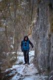Adolescente que camina en invierno Fotografía de archivo libre de regalías