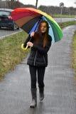 Adolescente que camina en la lluvia Fotografía de archivo