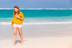Adolescente que camina en la playa Fotos de archivo
