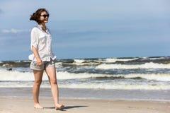 Adolescente que camina en la playa Imagen de archivo libre de regalías