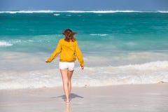 Adolescente que camina en la playa Fotografía de archivo