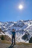 Adolescente que camina en las montañas Imagen de archivo